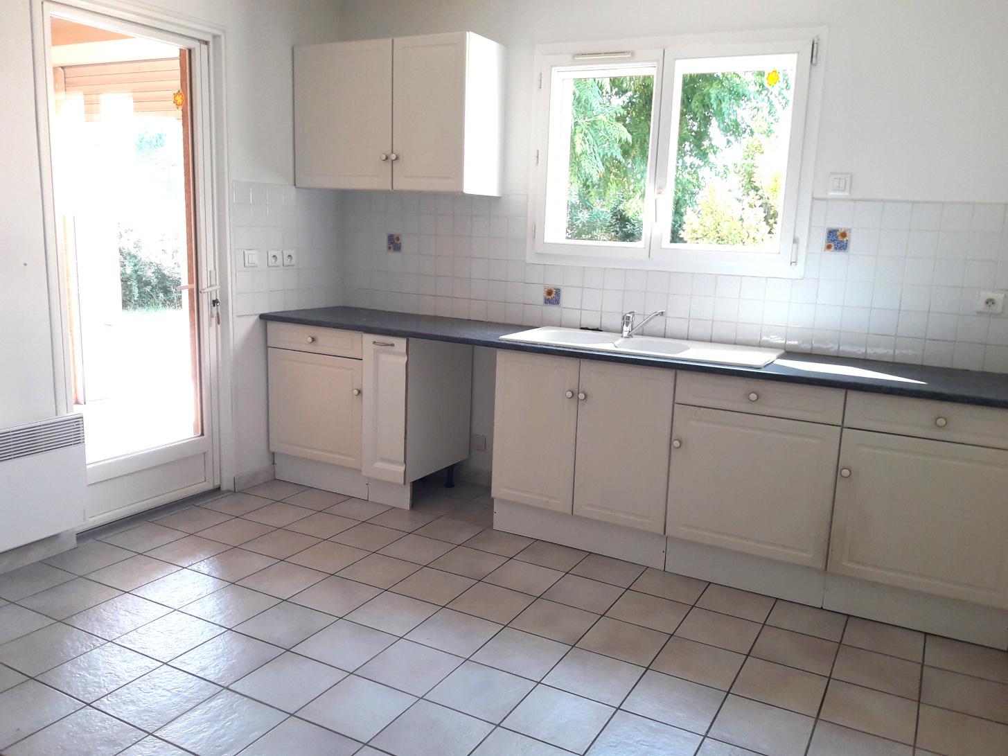 cuisine avec baie vitrée acces terrasse